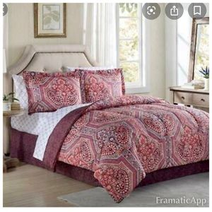 NWOT Comforter Set Size Queen